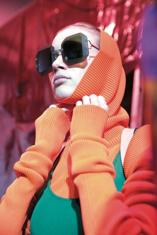 볼드한 선글라스를 착용한 모델.