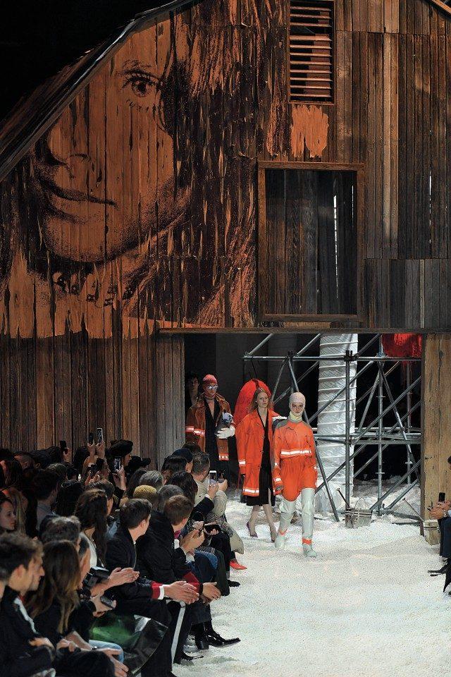 스털링 루비와의 협업으로 완성한 쇼장의 모습. 팝콘 동산 위에 세워진 곳간 모습이 인상적이다.