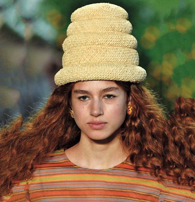 앙증맞은 디자인의 스트로 모자.