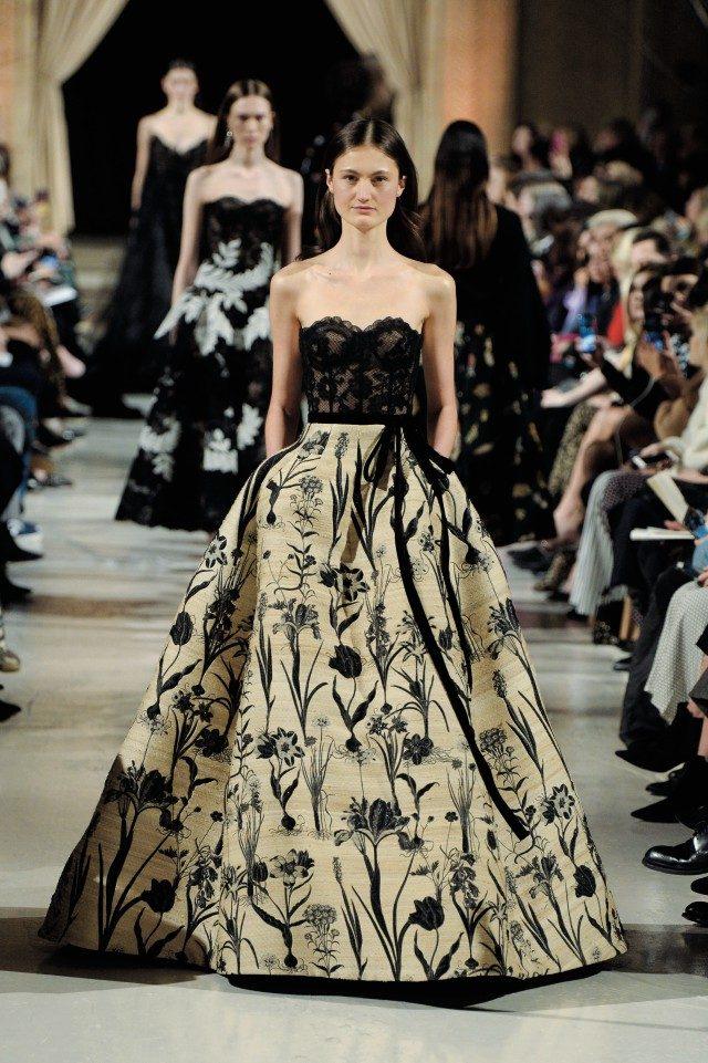 박물관에서 튀어나온 듯한 태피스트리가 아름다운 드레스로 부활되었다.