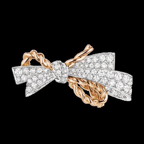 검지에 착용한 마리 앙뚜아네트의 화려한 리본 장식에서 영감을 받은 디자인에 매듭 디테일이 돋보이는 '인솔런스(Insolence)' 컬렉션 링은 Chaumet 제품.