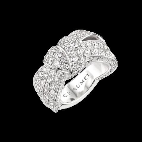 화려한 리본 디테일의 리앙 세뒥시옹 풀 파베 다이아몬드 링은 Chaumet 제품.
