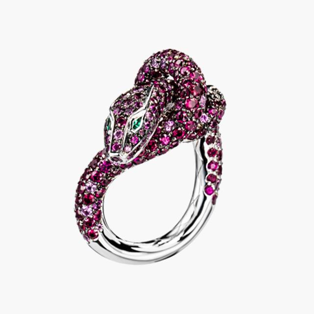 지혜와 수호의 상징 뱀 모티프의 '카, 스네이크 루비 링' 은 Boucheron 제품.