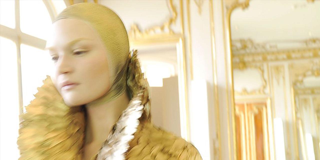 세계적인 패션 포토그래퍼 크리스 무어가 그의 커리어에 남은 역사적인 하이라이트를 이야기한다.