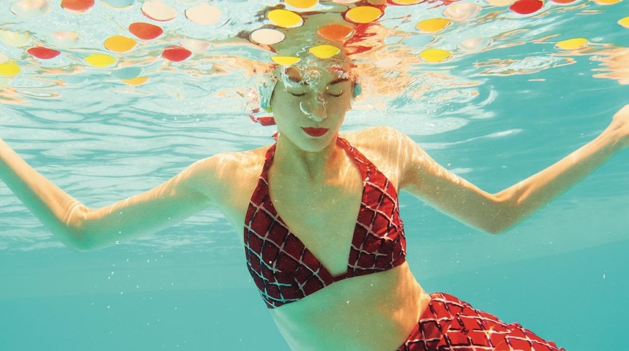 샤넬의 비치웨어 컬렉션과 함께 찬란하게 빛나는 한여름의 단상.