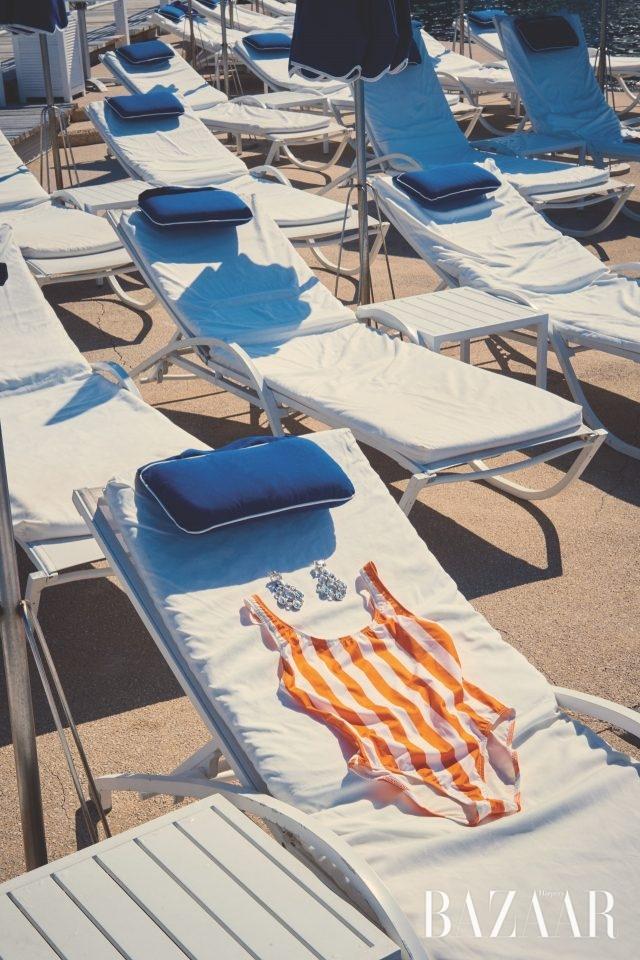 선명한 스트라이프 패턴의 원피스 수영복은 20만원대로 Solid & Striped by Net-A-Porter, 물방울 모티프의 귀고리는 가격 미정으로 Chanel 제품.