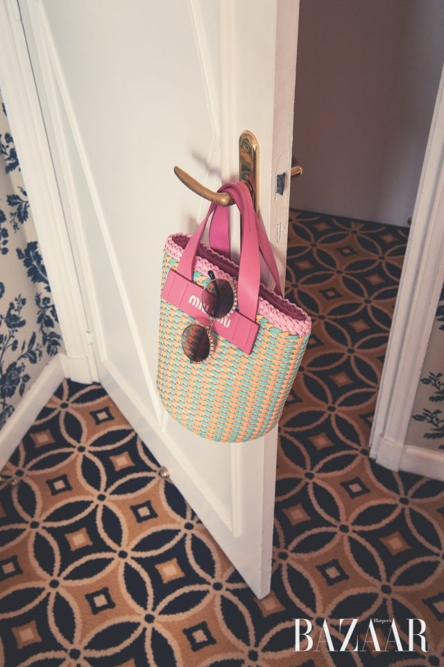 파스텔 컬러 매치의 바스킷 백은 140만원대로 Miu Miu, 진주가 장식된 동그란 렌즈의 선글라스는 가격 미정으로 Chanel 제품.