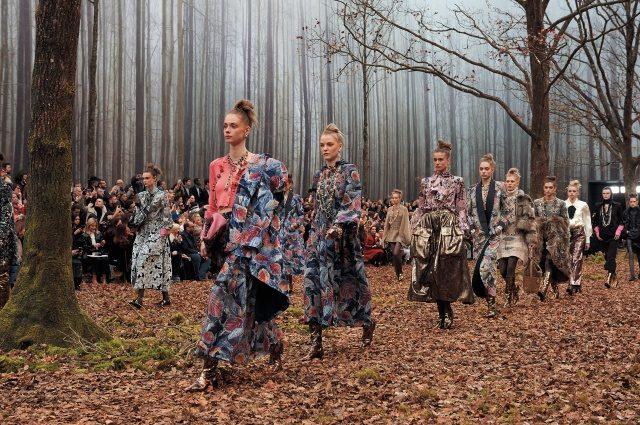 가을 숲으로 변모한 그랑 팔레, 피날레 워킹 중인 모델 군단.