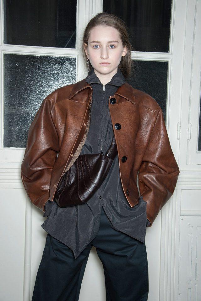 쿨한 스타일링이 돋보이는 가죽 재킷 룩.
