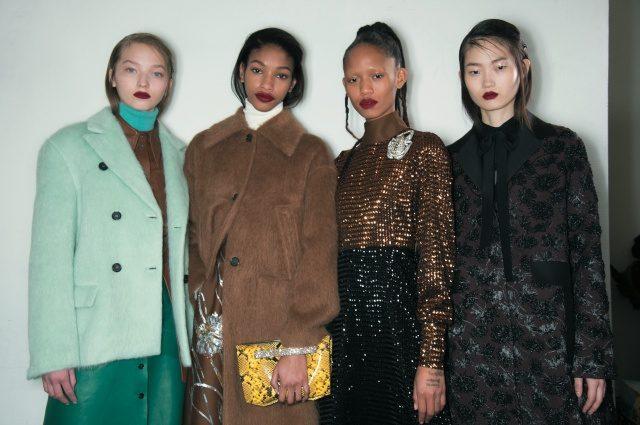 각기 다른 1970년대 스타일을 소화한 백스테이지의 모델들.