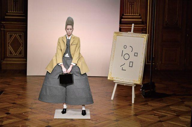 플란넬 수트를 입은 여성 페인터들이 등장한 쇼의 오프닝.
