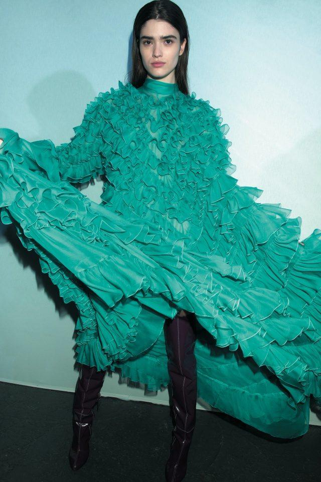 피날레의 러플 장식 가운을 입은 모델.