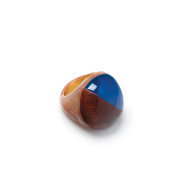 모로코의 색채를 고스란히 반영한 듯한 볼드한 반지는 Bimba Y Lola