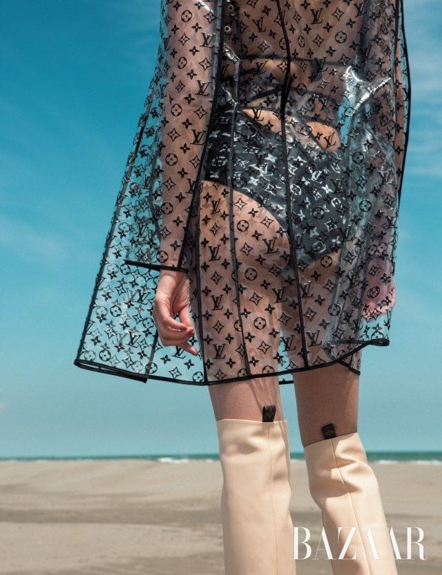 아이코닉한 모노그램 패턴이 더해진 PVC 레인코트, 모노그램 패턴의 스윔수트, 모던한 디자인의 부츠는 모두 Louis Vuitton 제품.
