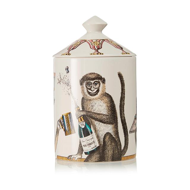 샴페인을 터트리는 원숭이가 그려진 캔들은 풍경에 위트를 더해준다. 향초는 Fornasetti