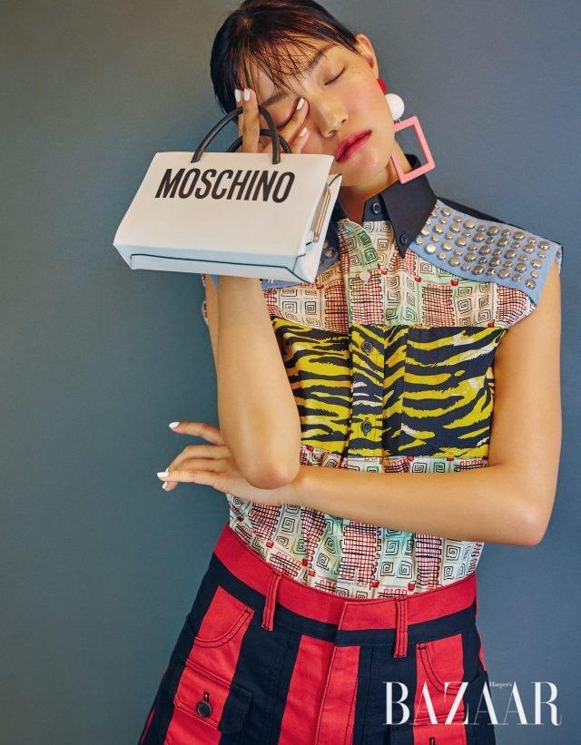 패치워크 디테일의 슬리브리스 셔츠, 스트라이프 패턴 쇼츠는 모두 가격 미정으로 Prada, 플라스틱 귀고리는 11만9천원으로 Fruta by Paris Shop, 미니 사이즈 쇼퍼 백은 86만원으로 Moschino 제품.