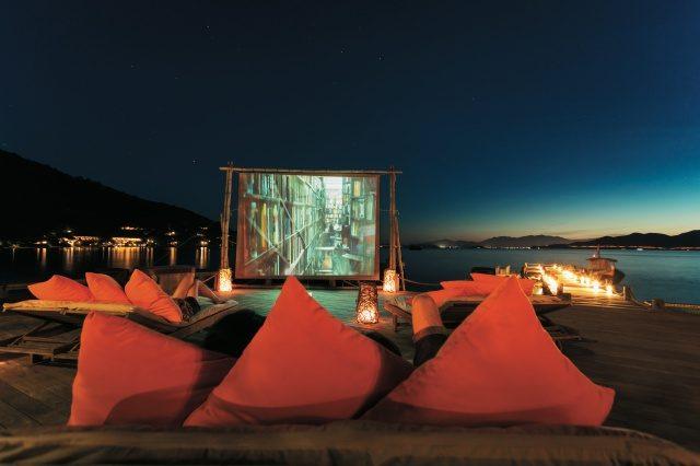 해변에서 감상하는 클래식 영화는 로맨틱 그 자체.