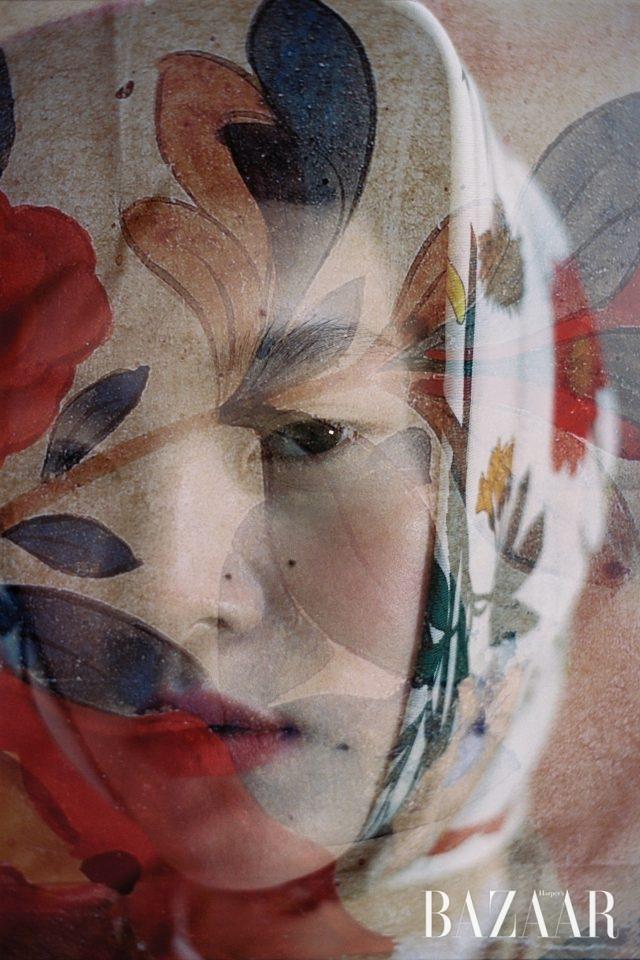 낭만적인 꽃무늬의 실크 소재 스카프는 Gucci 제품.