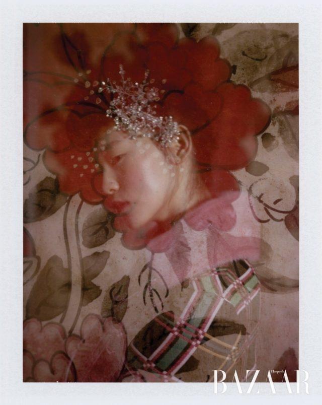 퍼 칼라 장식의 체크무늬 하프 코트, 빈티지한 미디 길이 드레스,로고 장식의 벨벳 샌들은 모두 Fendi, 안에 레이어링한레이스 드레스는 Burberry, 화려한 주얼 장식의 머리꽂이는Moonaoq 제품.모란도, 19세기, 8첩 병풍, 종이에 채색, 각 85×47cm, 개인 소장.