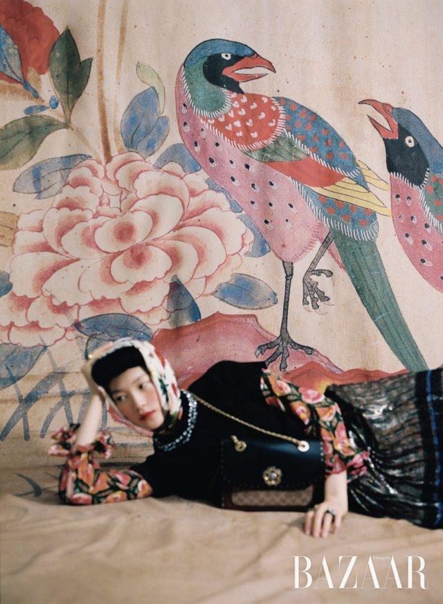 네크라인에 주얼 장식을 더한 라메 소재 니트 톱은Tara Jarmon, 화려한 꽃문양의 블라우스는 Gucci by yoox.com, 꽃무늬 스카프, 크리스털 세팅된 반지는 모두 Gucci, 플리츠 장식 스커트,블랙 스톤 장식의 반지,로고 프린트의 체인 백은 모두 Coach 제품.화조도, 19세기, 6첩 병풍, 종이에 채색, 각 68×32cm, 개인 소장.