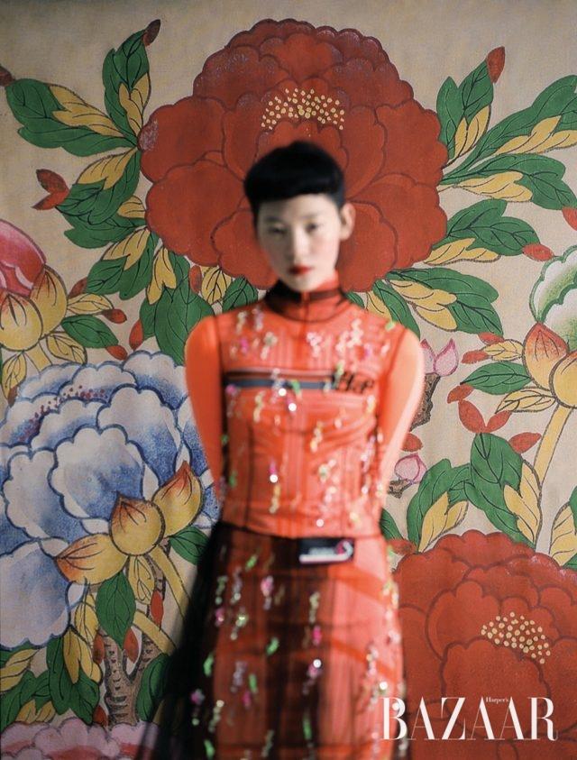 스쿠버 모티프의 미니 드레스,주얼 장식 샤 드레스는 모두Prada 제품.모란도, 19세기, 8첩 병풍, 비단에 채색, 각 135×45cm, 개인 소장.