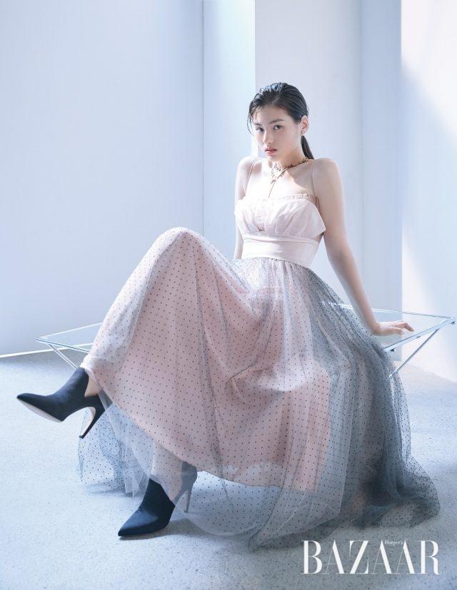 오간자 소재의 드레스, 진주 귀고리, 골드 드롭 목걸이, 하트 모티프의 초커, 펌프스는 모두 Dior 제품.