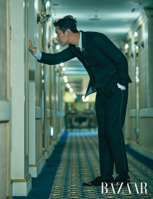 수트는 Thom Browne, 셔츠는 Juun.J, 타이는 Givenchy, 브로치는 Jamie & Bell, 슈즈는 Jimmy Choo 제품.