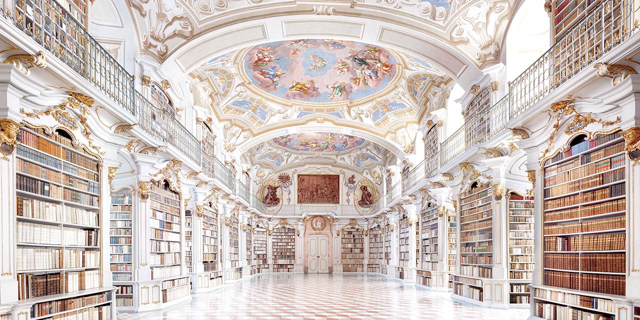 고요하다. 웅장하다. 압도적이다. 도서관, 박물관, 미술관 등의 공적 장소를 담은 칸디다 회퍼의 작품에서 받게 되는 느낌이다. 인간이 부재하기 때문에 가능한 완벽한 질서는 오히려 인간의 축적된 기억을 상기시킨다.
