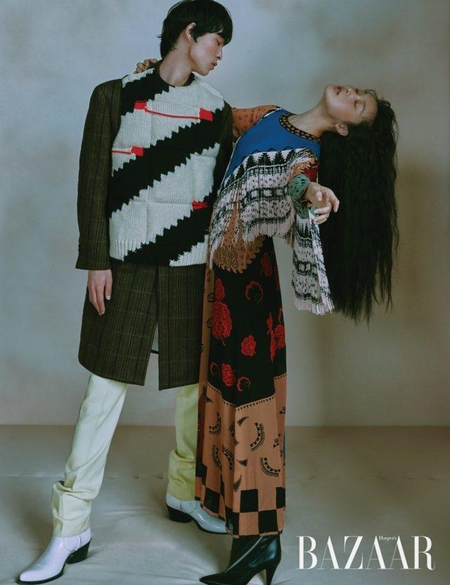 (왼쪽부터) 박경진이 입은 패딩 베스트, 체크 코트, 팬츠, 웨스턴 부츠는 모두 가격 미정으로 Calvin Klein 205W39NYC 제품. 김성희가 입은 프린지 장식 드레스는 375만원으로 Etro, 앵클부츠는 가격 미정으로 Givenchy 제품.