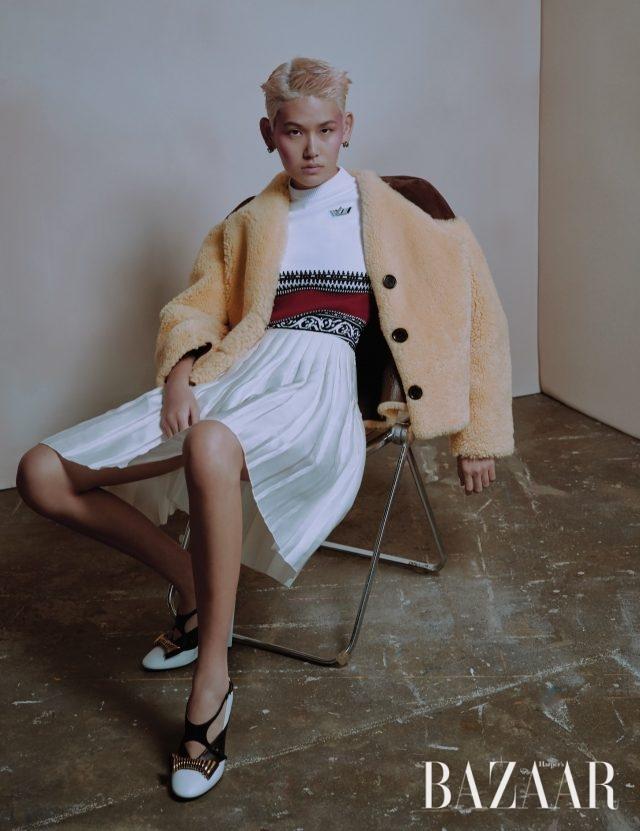 이지가 입은 시어링 재킷은 800만원대, 톱은 100만원대, 플리츠 스커트는 400만원대, 펌프스는 100만원대로 모두 Louis Vuitton, 귀고리는 가격 미정으로 Miu Miu 제품.