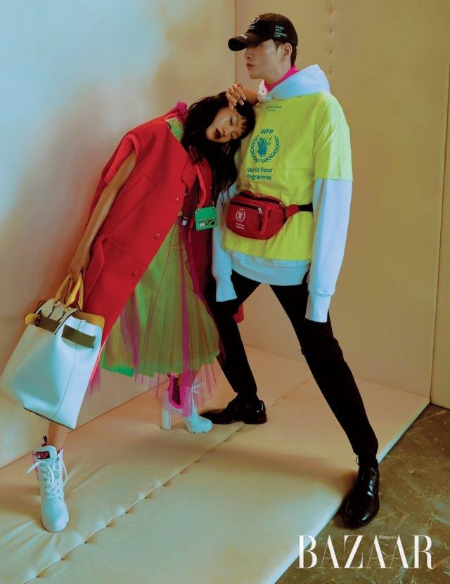 (왼쪽부터) 김별이 입은 롱 베스트, 드레스, 앵클부츠, 로고 장식 카드 목걸이는 모두가격 미정으로 Prada, 오버사이즈 토트백은 325만원으로 Burberry 제품. 김기범이 입은 네온 컬러 티셔츠는 50만원대, 후디는 90만원대, 터틀넥 톱과 팬츠는 가격 미정, 패니팩은 100만원대, 레이스업 슈즈는가격 미정으로 모두 Balenciaga 제품.