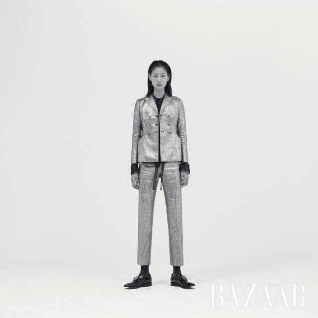 메탈릭한 소재의 재킷과 팬츠, 스카프 디테일이 더해진 시스루 셔츠는 가격 미정, 가죽 모카신은 129만원으로 모두 Dior, 양말은 에디터 소장품.