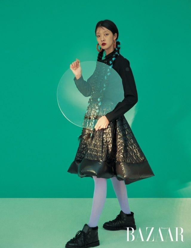 플라워 모티프 디테일이 가미된 셔츠는 97만원, 플레어스커트는 184만원, 하이킹 스타일 스니커즈는 116만원으로 모두 6 Moncler Noir Kei Ninomiya, 귀고리는 12만원대로 Cult Gaia by Net-A-Poter 제품.