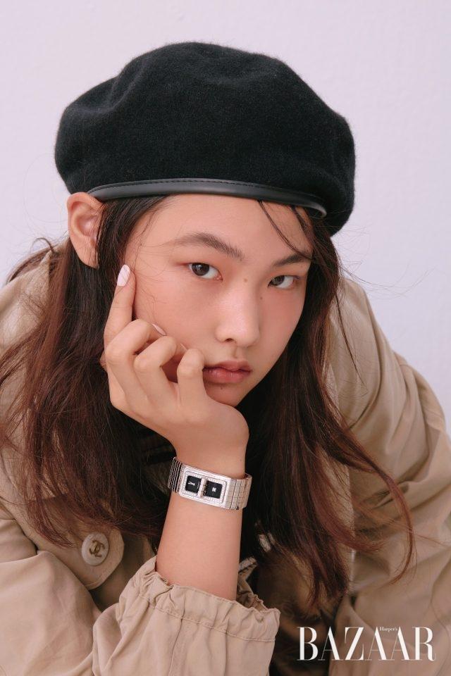 베젤에 다이아몬드를 세팅한'코드 코코' 워치는 Chanel Watch.트렌치 재킷은 Chanel 제품.