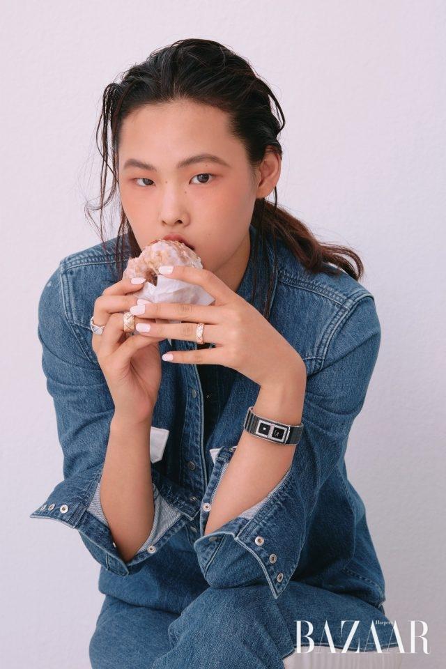 화이트 골드 '코코 크러쉬' 링, 다이아몬드를 세팅한 옐로 골드'코코 크러쉬' 링, 다이아몬드를 세팅한 베이지 골드 '코코 크러쉬' 링은 모두Chanel Fine Jewelry, 베젤에 다이아몬드를 세팅한 세라믹 소재의 '코드 코코' 워치는 Chanel Watch 제품.