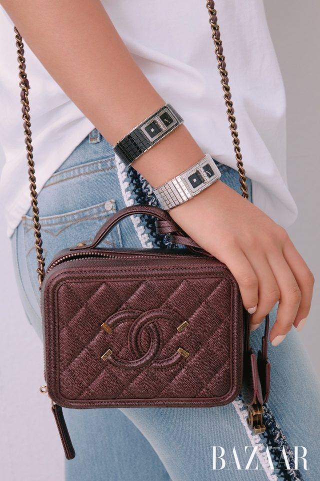 세라믹과 스틸 케이스 브레이슬릿의 '코드 코코' 워치, 스틸 소재의 '코드 코코' 워치는 모두Chanel Watch. 데님 진과 박스 백은 Chanel 제품.