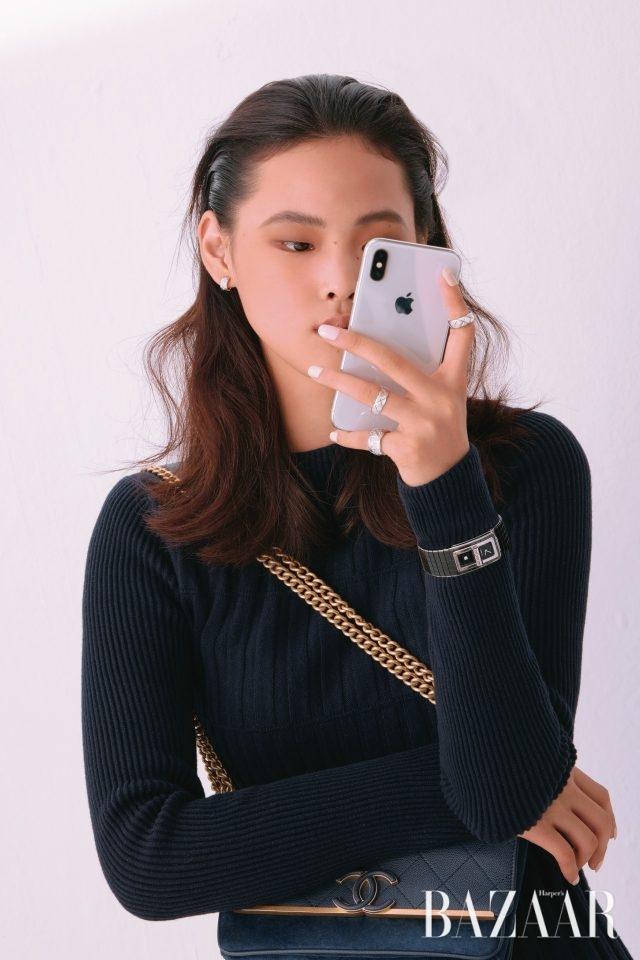 화이트 골드 이어링, 퀼팅 디테일의 화이트 골드 링은 모두 '코코 크러쉬' 컬렉션으로Chanel Fine Jewelry, 세라믹과 스틸 케이스 브레이슬릿의 '코드 코코' 워치는 Chanel Watch. 니트 원피스와 핸드백은 모두 Chanel 제품.