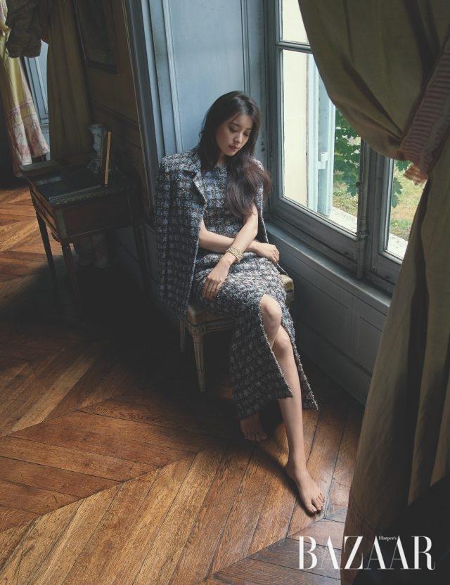 섬세한 밀 이삭 모티프의 뱅글은 레 블레(LesBles) 컬렉션으로 Chanel High Jewelry. 체크 패턴의 원피스, 롱 재킷은 모두 Chanel 제품.