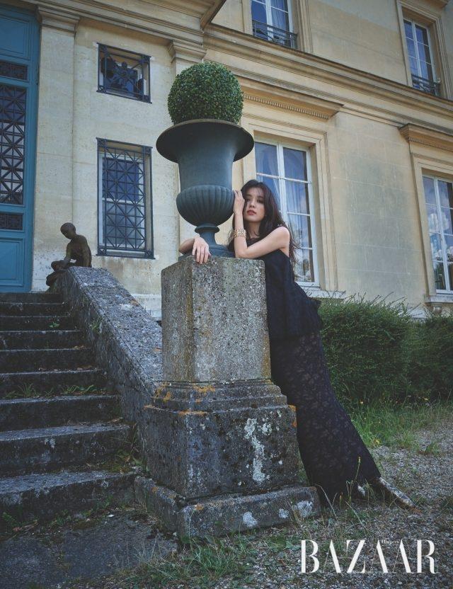 볼드한 디자인의 옐로 골드 와이드 뱅글은 레 블레(LesBles) 컬렉션으로 Chanel High Jewelry. 레이스 드레스, 메탈릭 부티는 모두 Chanel 제품.