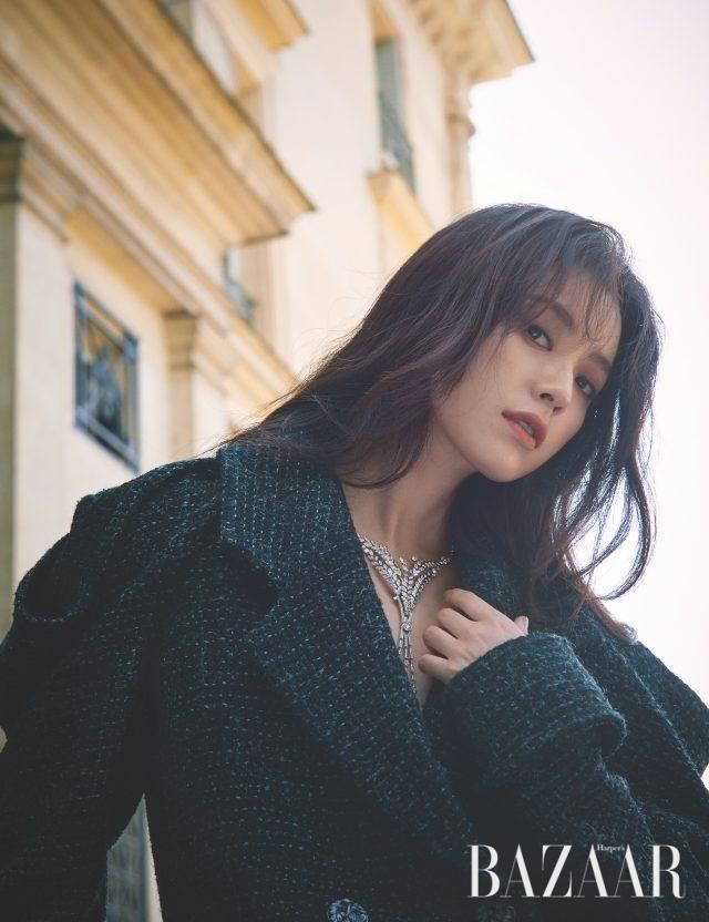 풍성한 밀을 모티프로 한 목걸이는 레 블레(LesBles) 컬렉션으로 Chanel High Jewelry. 오버사이즈 코트는 Chanel 제품.
