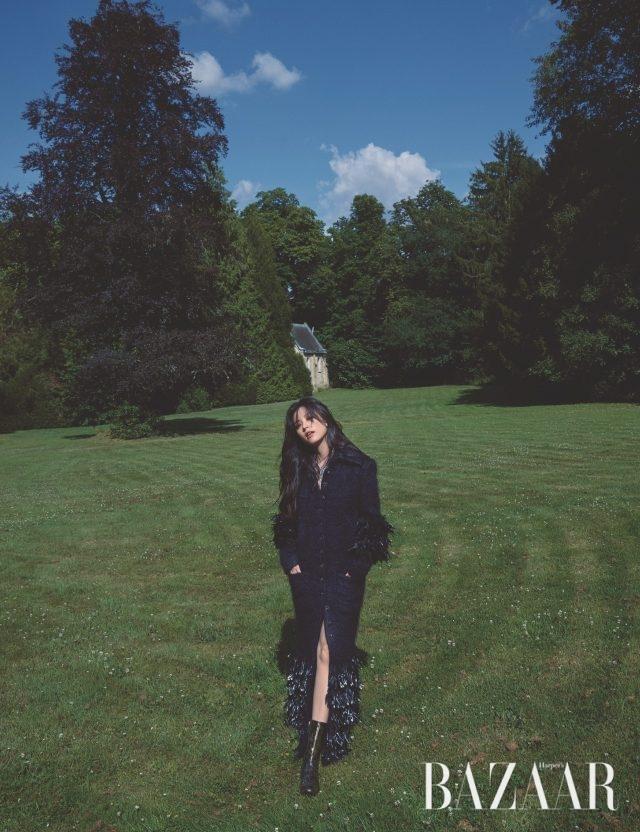 가시관을 연상시키는 화려한 목걸이는 레 블레(LesBles) 컬렉션으로 Chanel High Jewelry. 프린지 디테일의 코트, 앵클부츠는 모두 Chanel 제품.