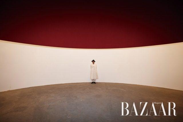 카날 사이트에 위치한 악셀 앤드 메이 페어보르트 재단의 박물관 설립 첫 작품, 아니시 카푸어의 'The Edge of the World'(1998)에서 포즈를 취한 권대섭 작가.