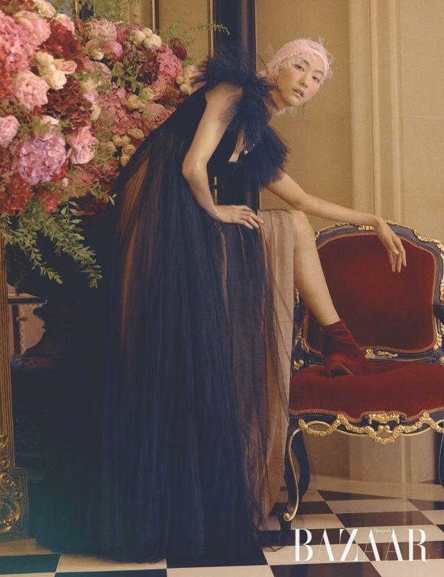 풍성한 플리츠 디테일의 드레스는 Valentino, 언밸런스드 귀고리는 15만8천원으로 Didier Dubot, 벨벳 소재의 부티는128만원으로 Giuseppe Zanotti 제품.