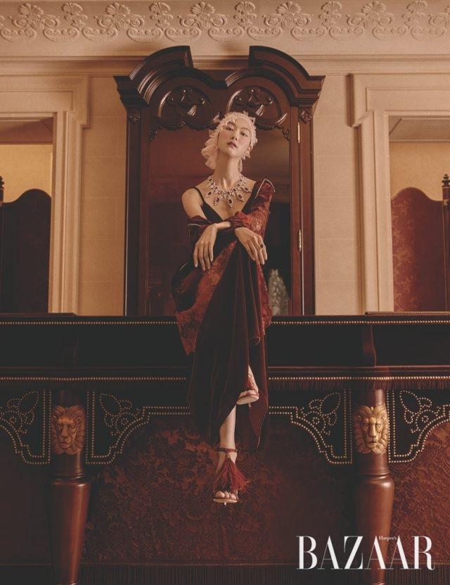 섬세한 레이스와 벨벳 소재가 믹스된 슬립 드레스, 점퍼는 모두 Stella McCarteny, 크리스털이 볼드하게 장식된 목걸이는 370만원, 반지는 54만5천원으로 모두 Atelier Swarvski, 깃털 장식의 우아한 샌들은 253만원으로Jimmy Choo 제품.