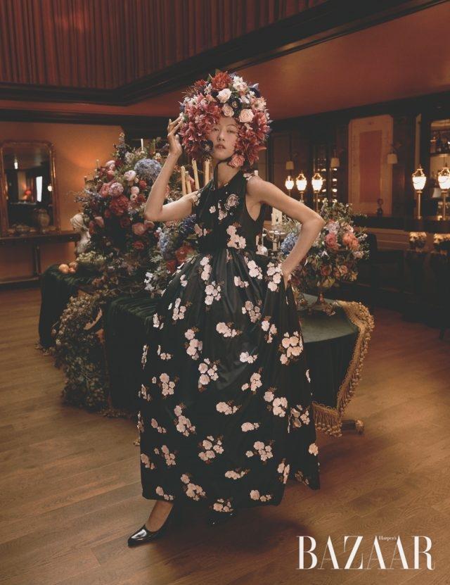 플라워 자수 패치가 아플리케 장식된 건축적인 실루엣의 패딩 드레스는 649만원으로 4 Moncler Simone Rocha, 펌프스는 Balenciaga 제품.