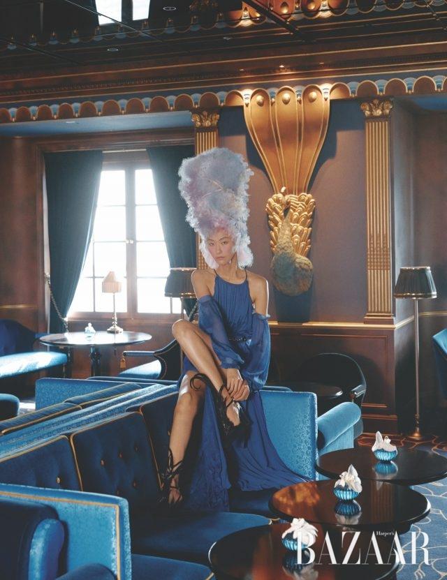 자연스럽게 어깨가 드러나는 플리츠 디테일의 롱 드레스는 Louis Vuitton, 깃털이 화려하게 장식된 펌프스는 Nina Ricci 제품.