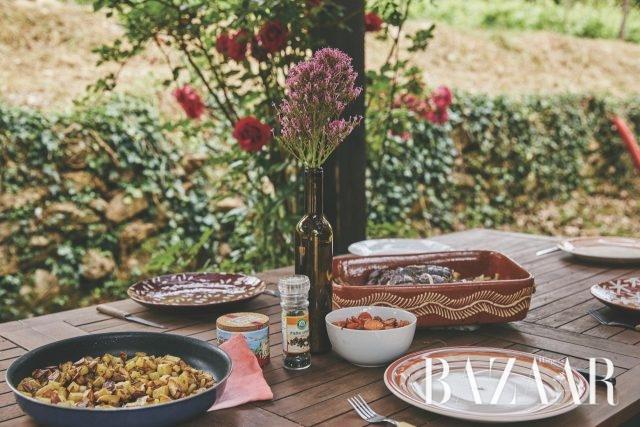 들꽃을 꽂아놓고 소박한 접시들로 꾸민 점심 식탁. 장 크리스토프의 가족은 너그럽게 우리를 초대해주었다.