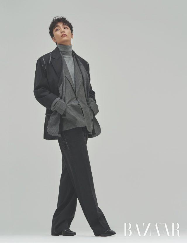 수트는 Prada, 터틀넥은 Man On The Boon, 슈즈는 스타일리스트 소장품.