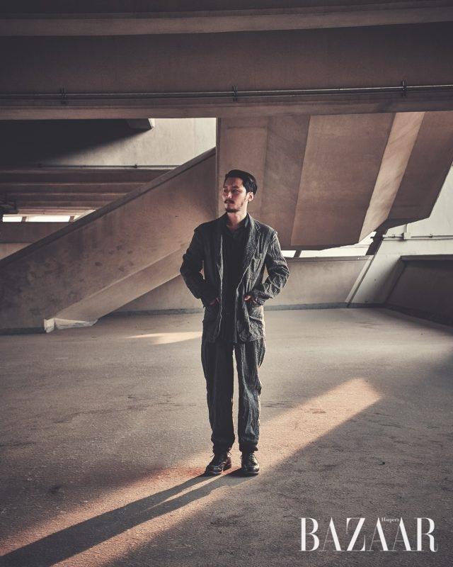 재킷, 팬츠, 이너는 모두 Yoji Yamamoto, 슈즈는 스타일리스트 소장품.