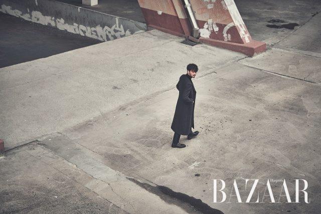 코트, 팬츠는 모두 Kimseoryong Homme,슈즈는 스타일리스트 소장품.